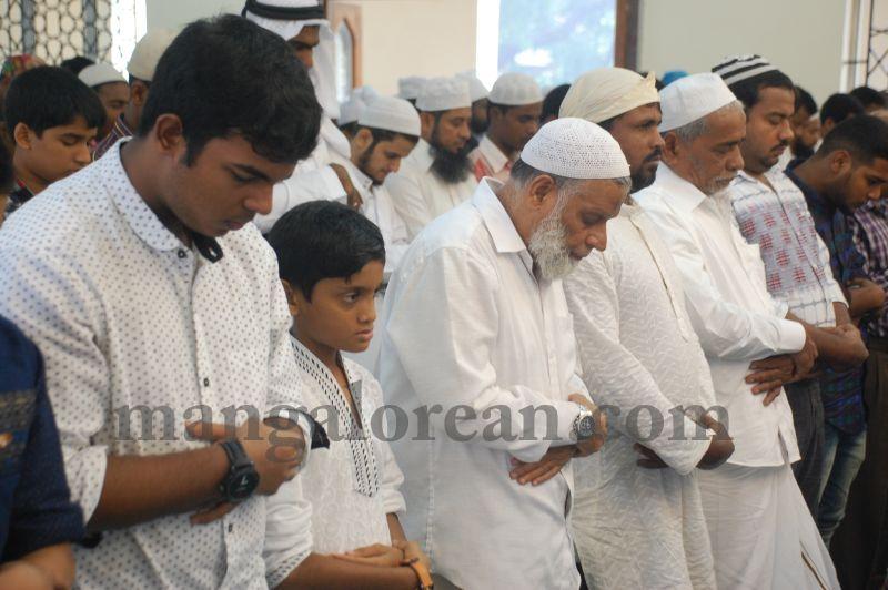 image026muslim-brethren-celebrate-eid-ul-Fitr-with-festive-fervour-20160706