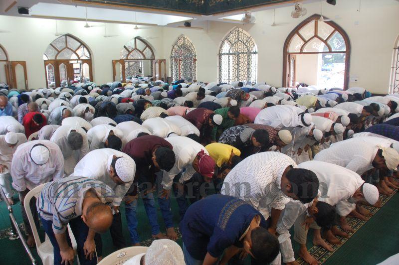 image029muslim-brethren-celebrate-eid-ul-Fitr-with-festive-fervour-20160706
