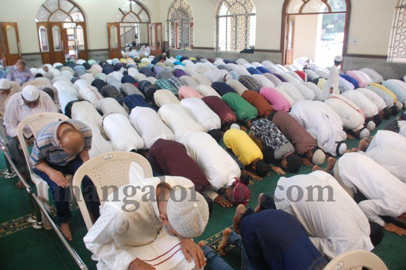 image031muslim-brethren-celebrate-eid-ul-Fitr-with-festive-fervour-20160706