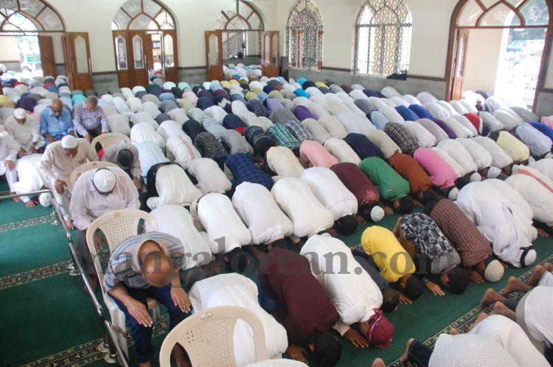 image033muslim-brethren-celebrate-eid-ul-Fitr-with-festive-fervour-20160706