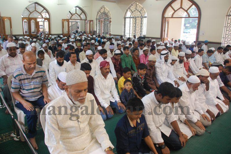 image035muslim-brethren-celebrate-eid-ul-Fitr-with-festive-fervour-20160706