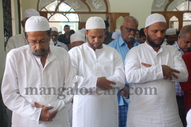 image039muslim-brethren-celebrate-eid-ul-Fitr-with-festive-fervour-20160706