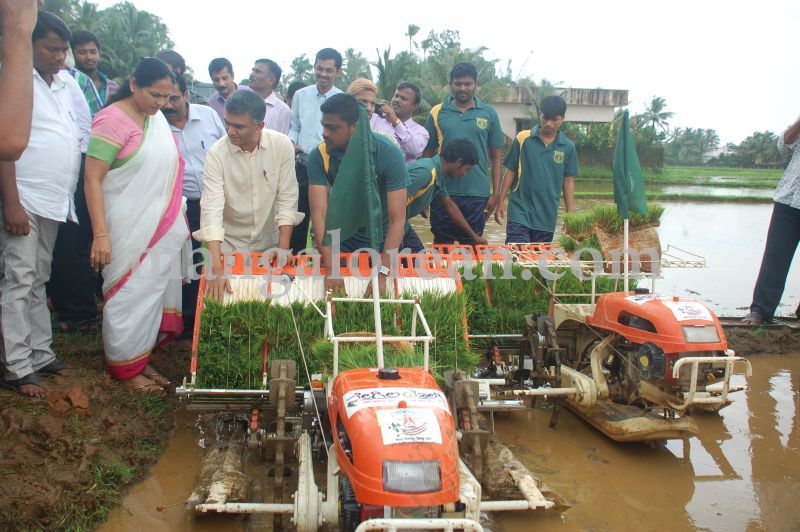 image067krishna-byre-gowda-launches-mechanised-paddy-cultivation-campaign-20160710