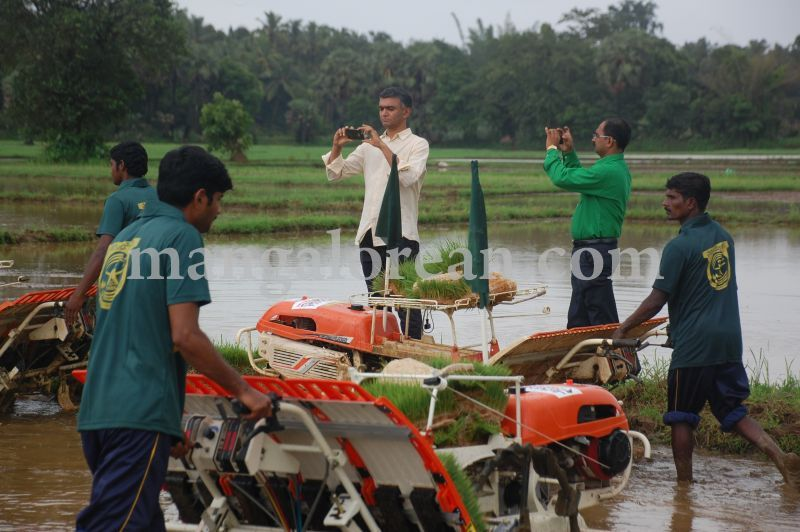 image081krishna-byre-gowda-launches-mechanised-paddy-cultivation-campaign-20160710