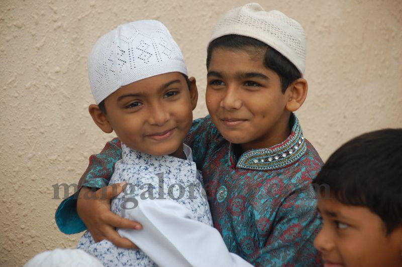 image086muslim-brethren-celebrate-eid-ul-Fitr-with-festive-fervour-20160706