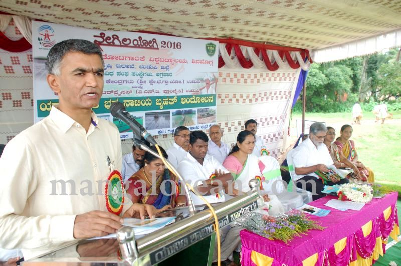 image109krishna-byre-gowda-launches-mechanised-paddy-cultivation-campaign-20160710