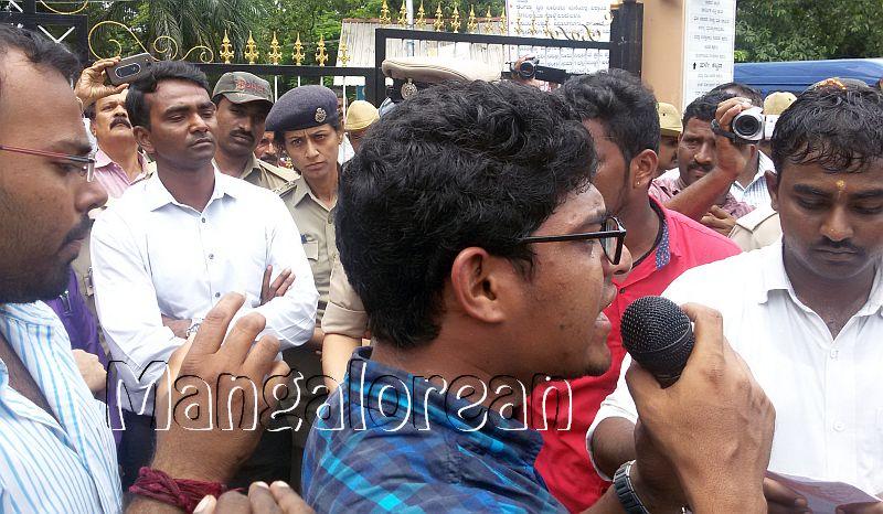 ABVP-protest-DC-Jagadeesha (1)