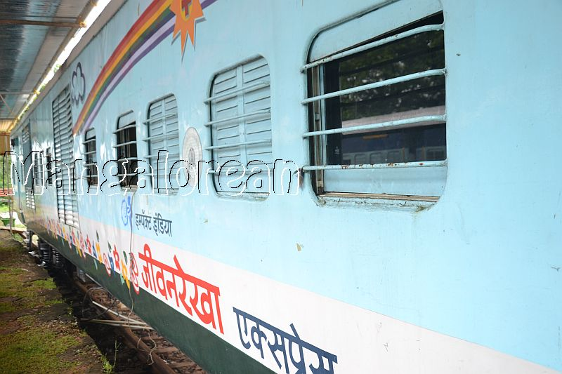 Medical-Check-Up-on-Lifeline-Express-Hospital-Train (49)