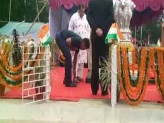Officer-helps-Odisha-minister-put-on-shoes