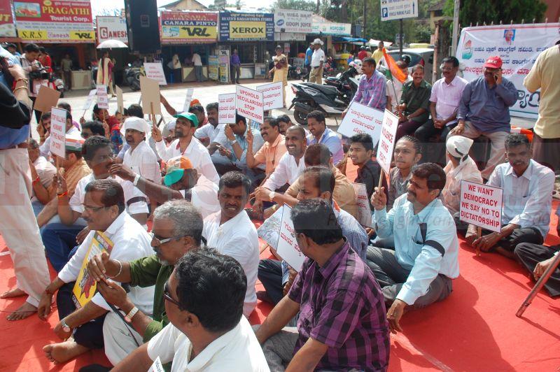 block-congress-protest-udupi-praveen-poojary-20160820-06