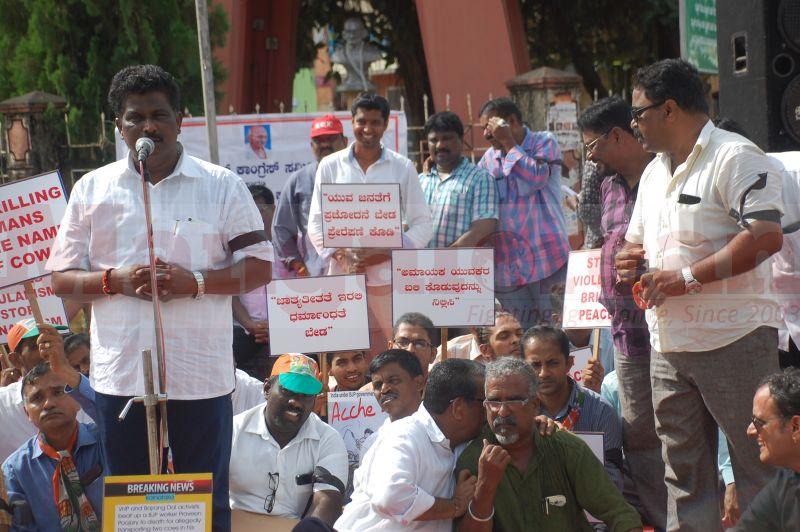 block-congress-protest-udupi-praveen-poojary-20160820-08