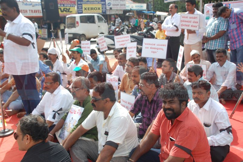 block-congress-protest-udupi-praveen-poojary-20160820-09
