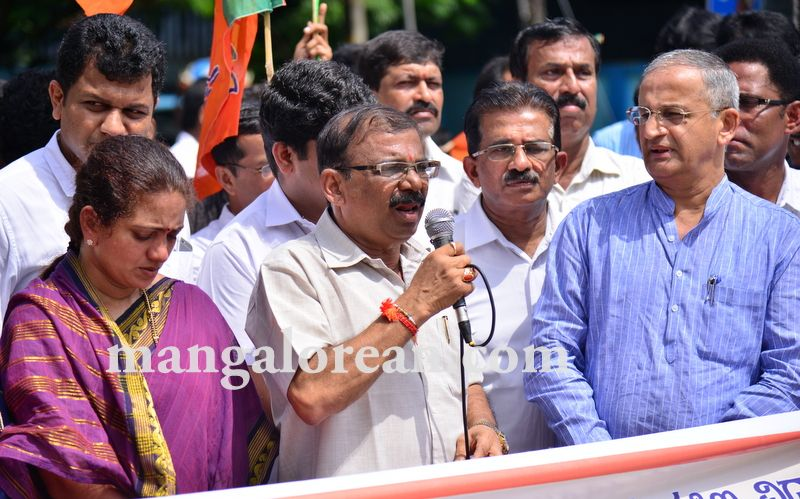 image003bjp-protest-20160824-003