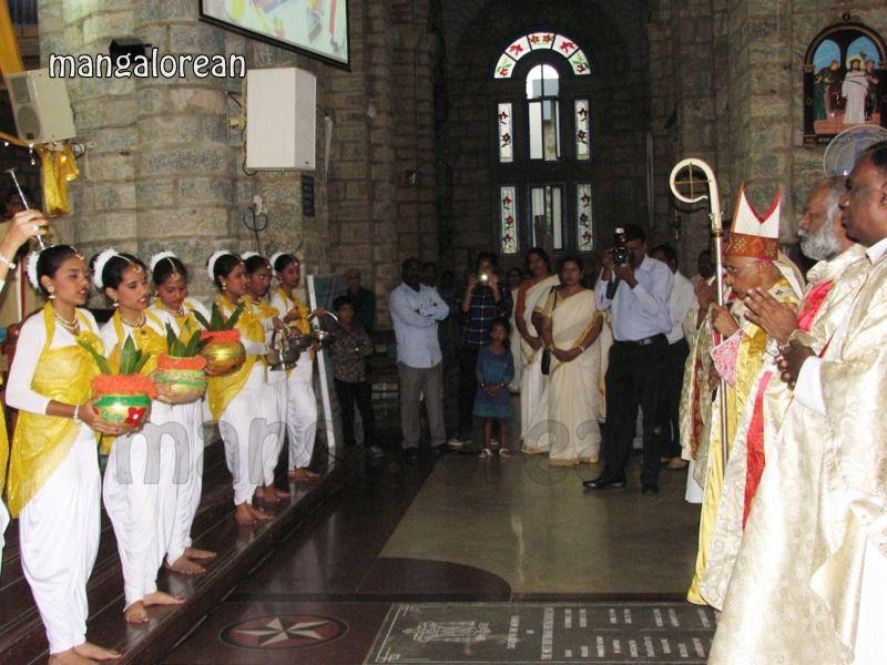 image004Archbishop-Moras-Celebrates-Feast-Patron Saint–St-Bernard-01-20160821-004