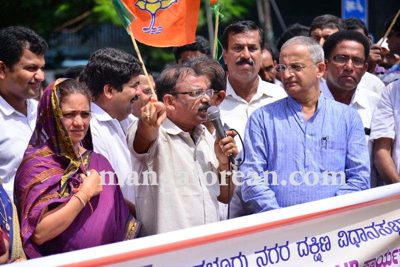 image004bjp-protest-20160824-004