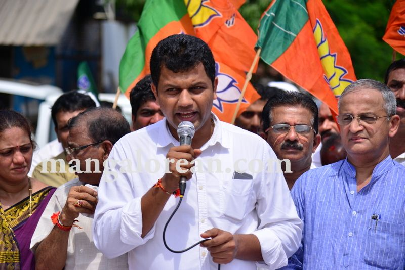 image005bjp-protest-20160824-005