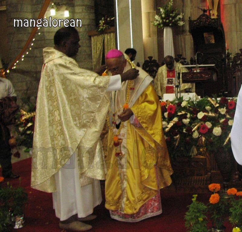 image022Archbishop-Moras-Celebrates-Feast-Patron Saint–St-Bernard-01-20160821-022