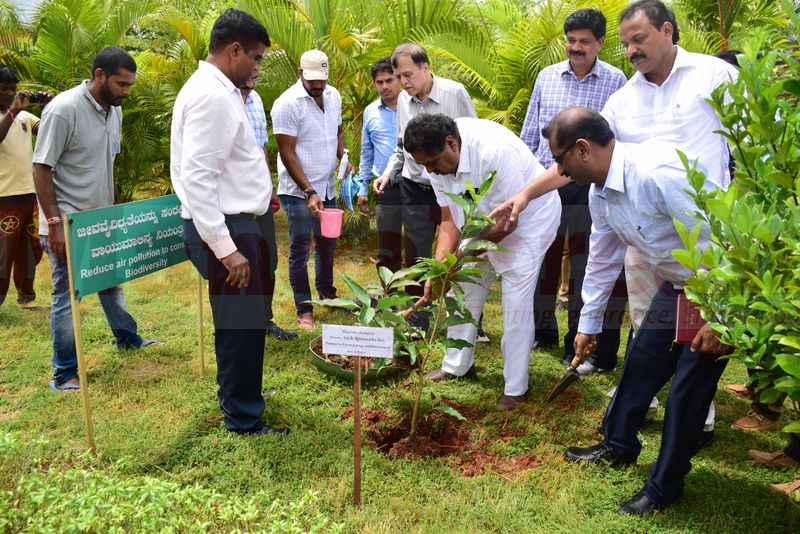 ramanath-rai-udupi-planting-sapling-01