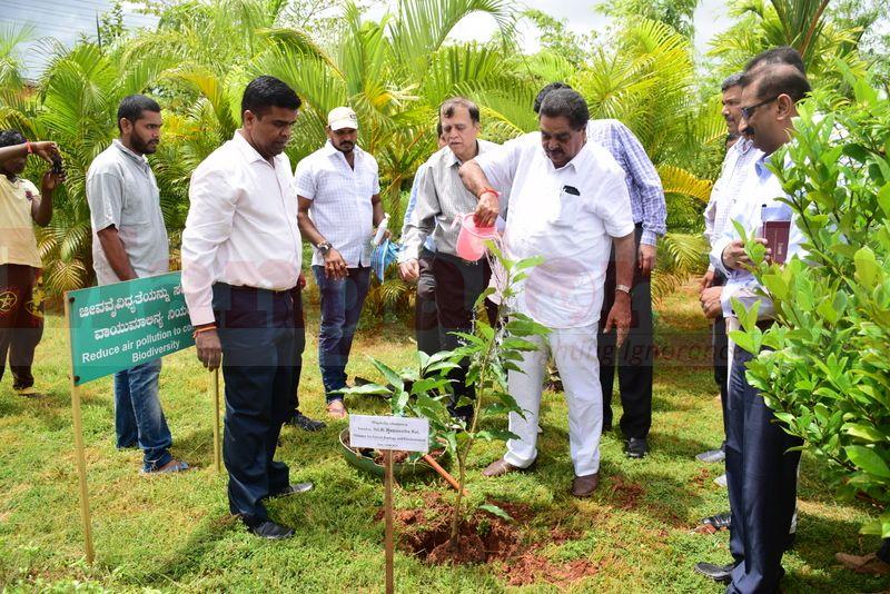 ramanath-rai-udupi-planting-sapling-02