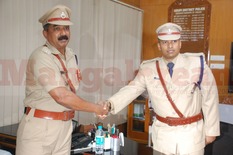 sp-balakirshana-takes-charge-udupi-20160811-03