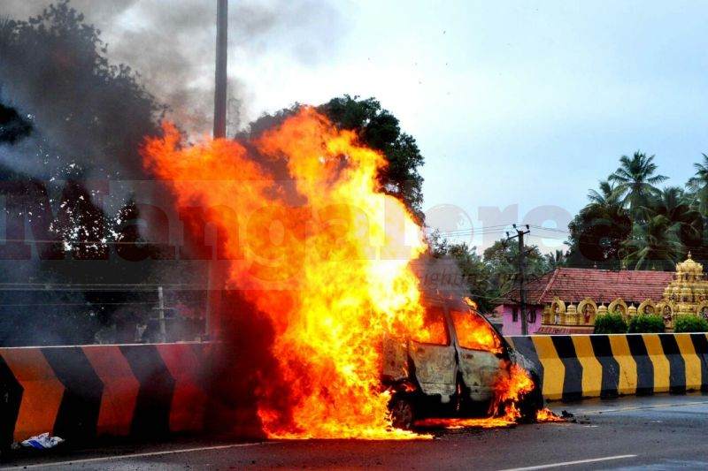wagener-car-catches-fire-in-kaup-20160815-00