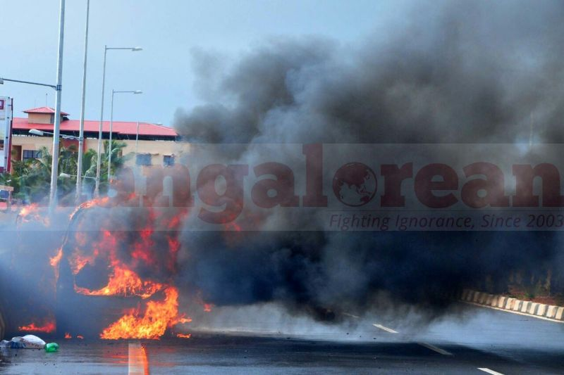 wagener-car-catches-fire-in-kaup-20160815-07