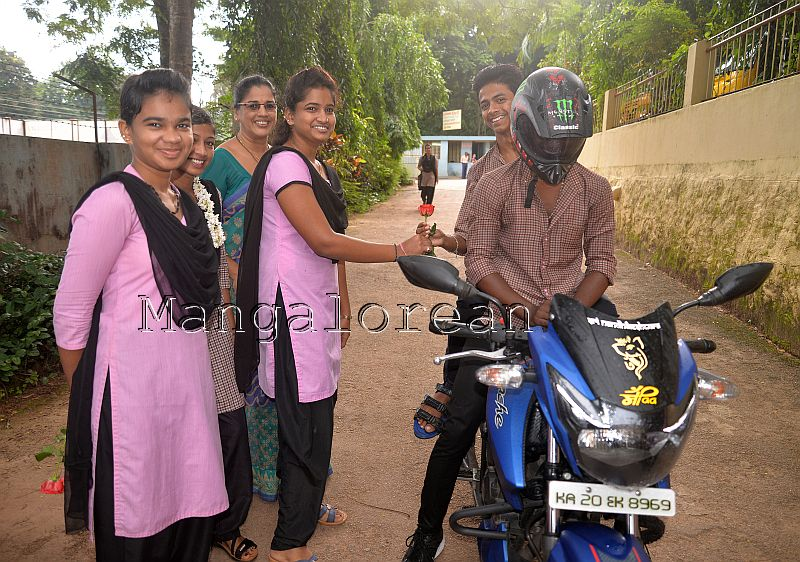 gandhigiri-crossland-create-awareness-helmet-use-3