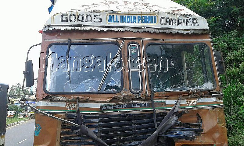 goods-truck-hits-gas-cylinders-carrying-lorry-20160911-01-6