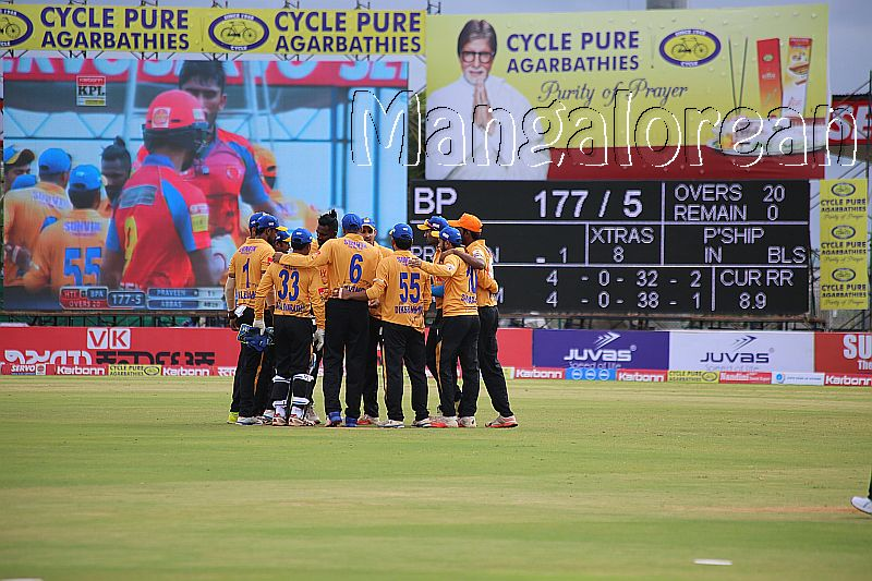 hubli-tigers-celebrate-the-fall-of-a-wicket