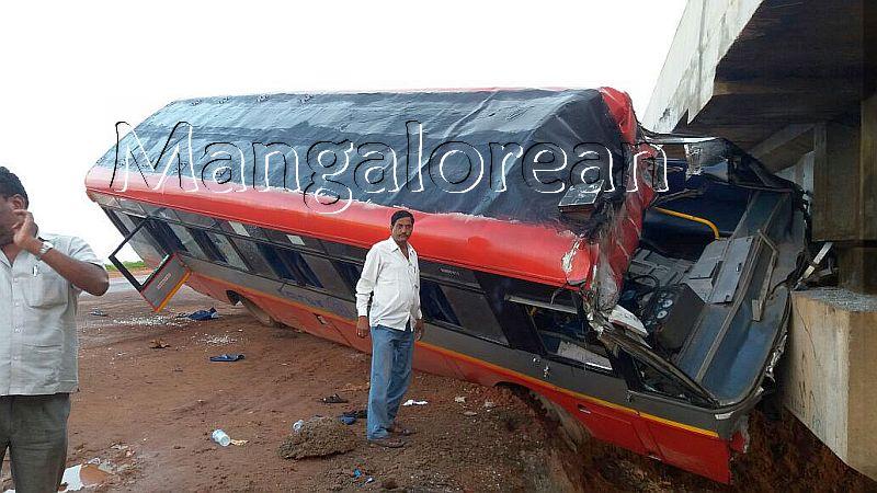 kundapur-ksrtc-bus-hits-bridge-20160920-1