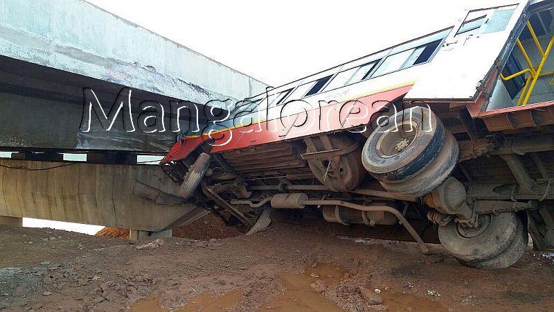 kundapur-ksrtc-bus-hits-bridge-20160920-2