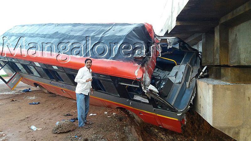 kundapur-ksrtc-bus-hits-bridge-20160920-3