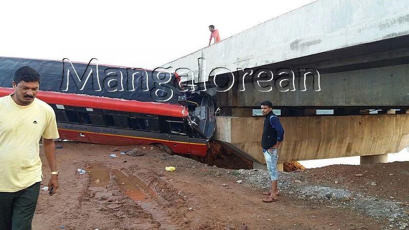 kundapur-ksrtc-bus-hits-bridge-20160920-4