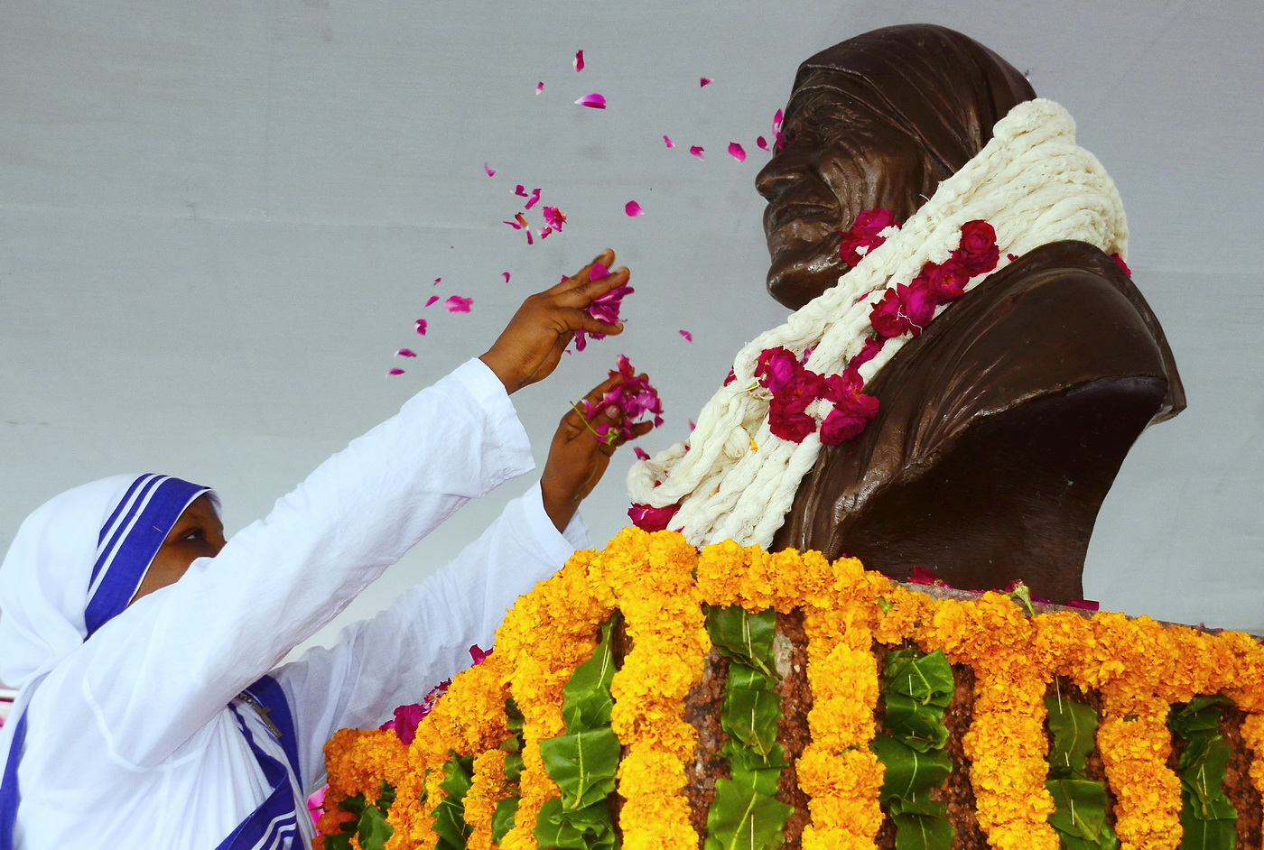 Mayor-Ahmedabad-Pay-Tribute-Saint-Mother-Teresa (3)