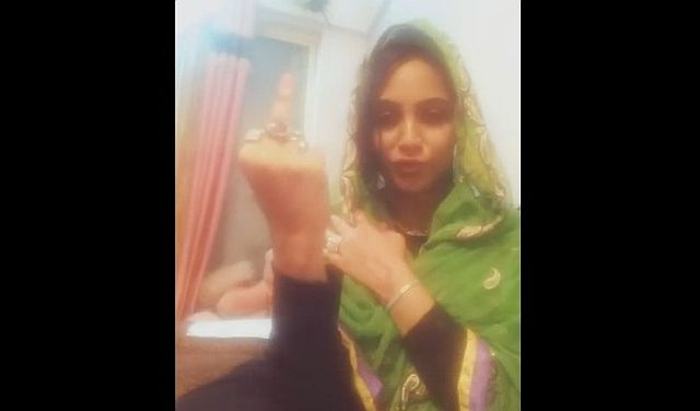 arshi-khan-middle-finger