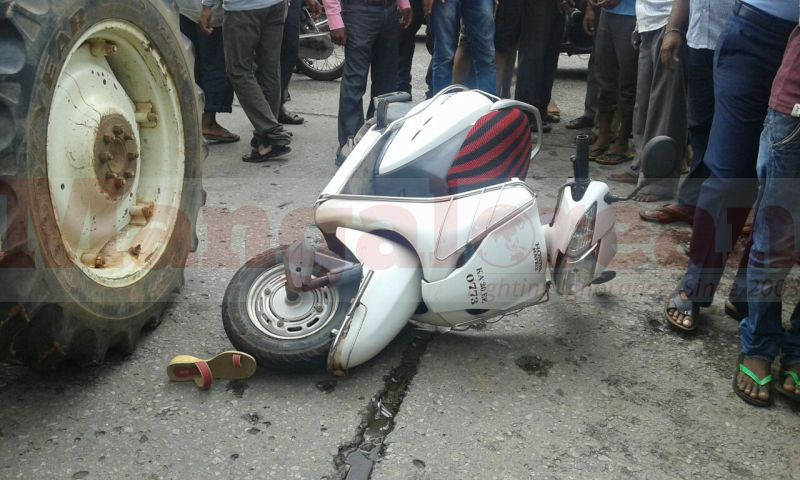 hdfc-bank-employee-died-tactor-cmc-hit-two-wheeler-20160924-00