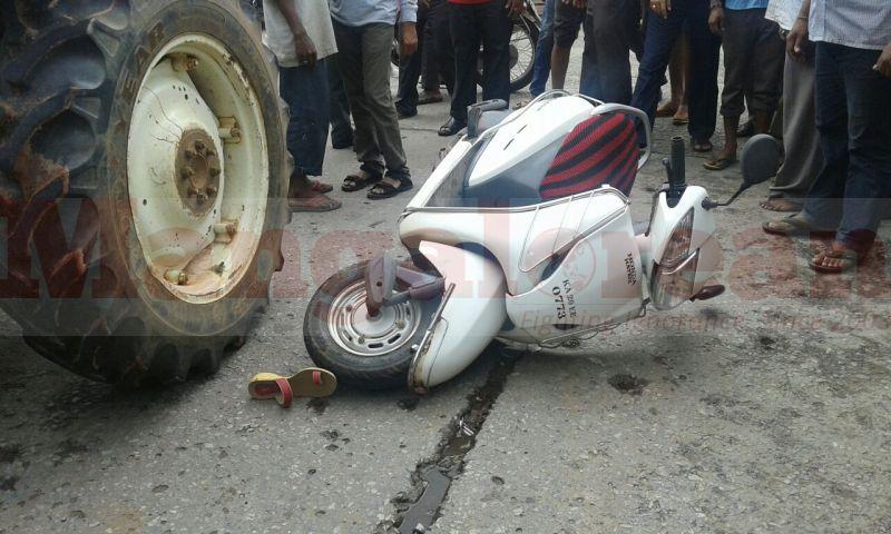 hdfc-bank-employee-died-tactor-cmc-hit-two-wheeler-20160924-02