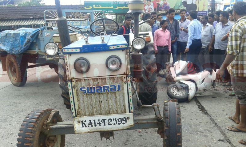 hdfc-bank-employee-died-tactor-cmc-hit-two-wheeler-20160924-03