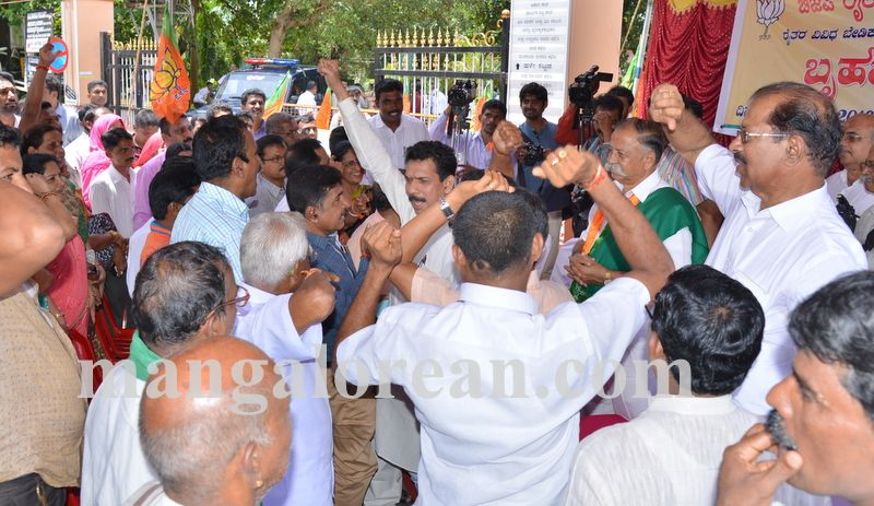 image002bjp-protest-20160914-002