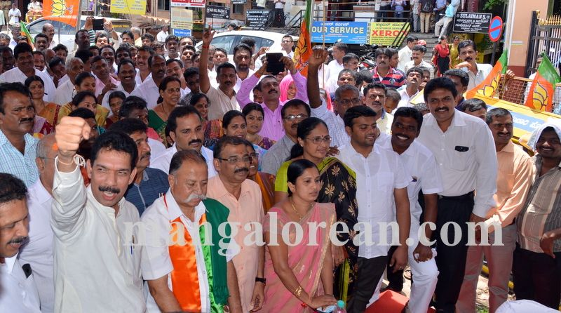 image004bjp-protest-20160914-004