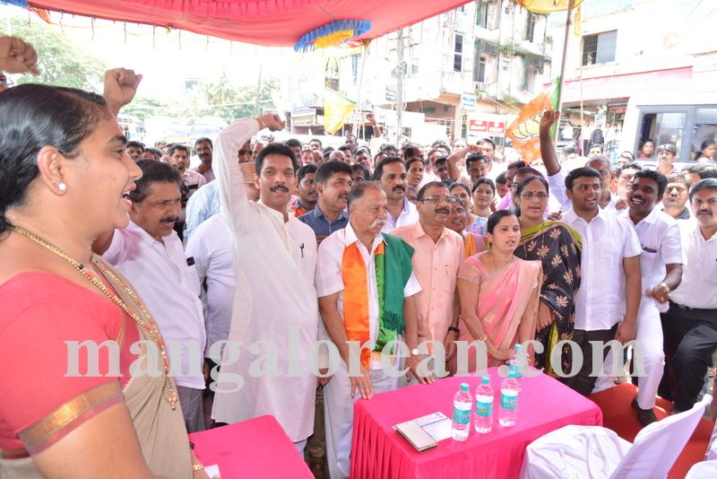 image005bjp-protest-20160914-005