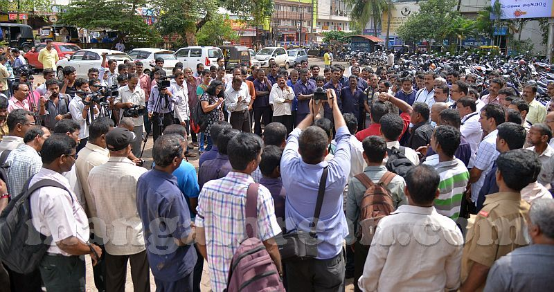 image008ksrtc-bus-conductor-suicide-protest-20160927-008