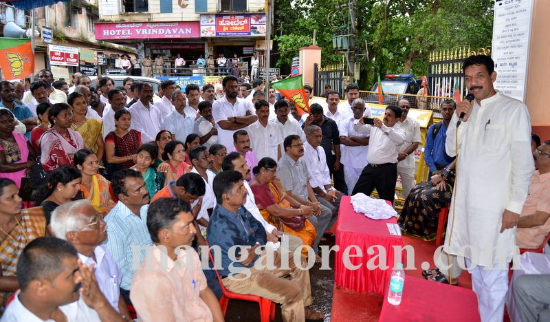 image011bjp-protest-20160914-011