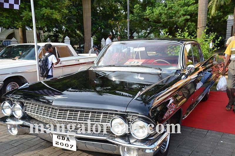 10-sleek-enticing-old-beauties-goa-vintage-car-17