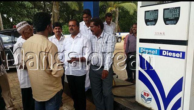 minister-u-t-khader-visits-petrol-pump-1