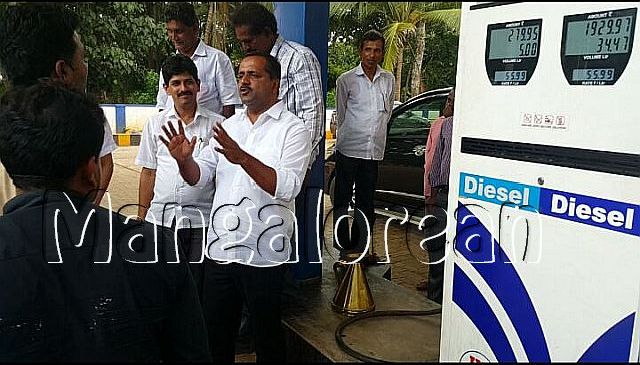 minister-u-t-khader-visits-petrol-pump-2