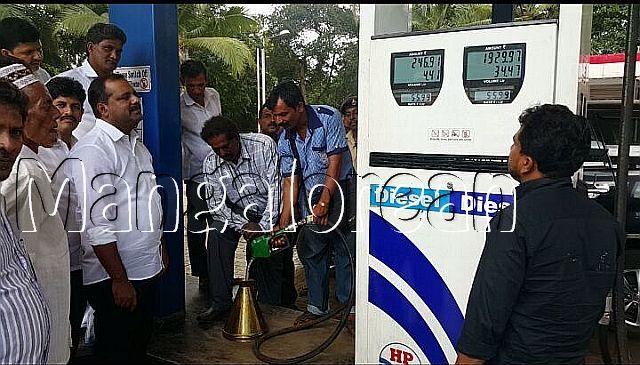 minister-u-t-khader-visits-petrol-pump-20161009-4