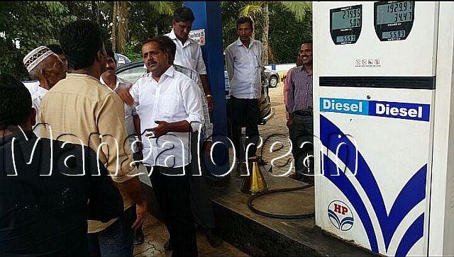 minister-u-t-khader-visits-petrol-pump-20161009-5