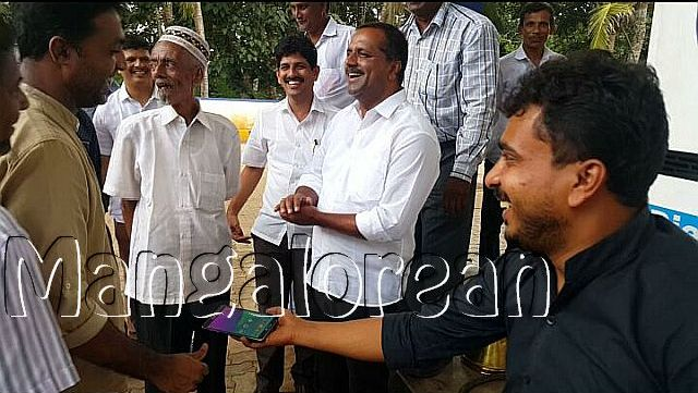 minister-u-t-khader-visits-petrol-pump-3