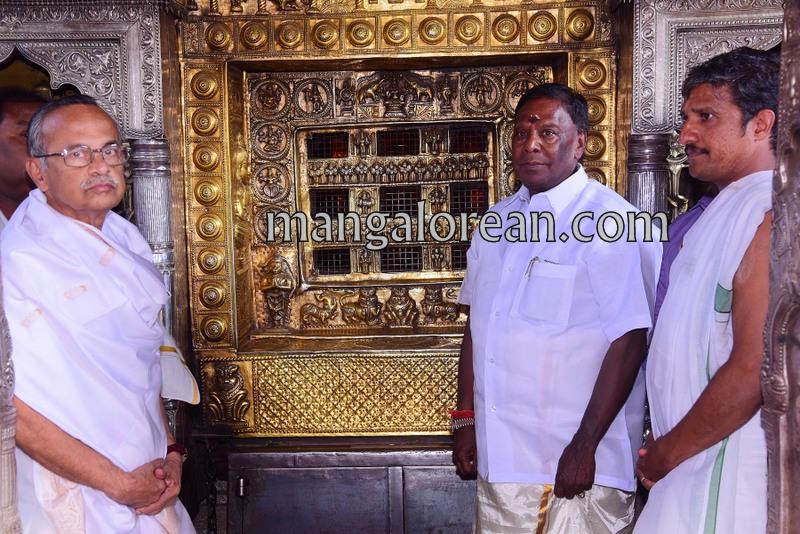 puducherry-cm-narayanasamy-visits-krishna-temple-01